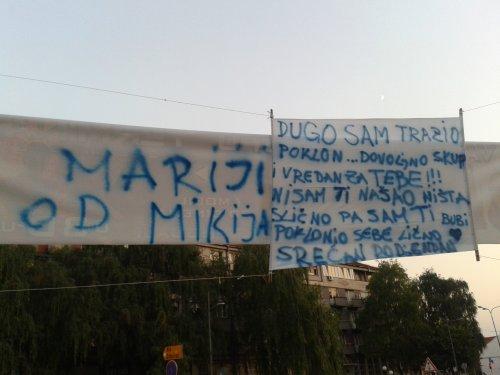 Алексинчанин показао љубав транспарентом у центру града