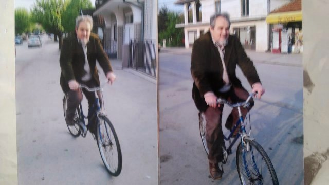 Profesor Marković na izbegličkoj bicikli