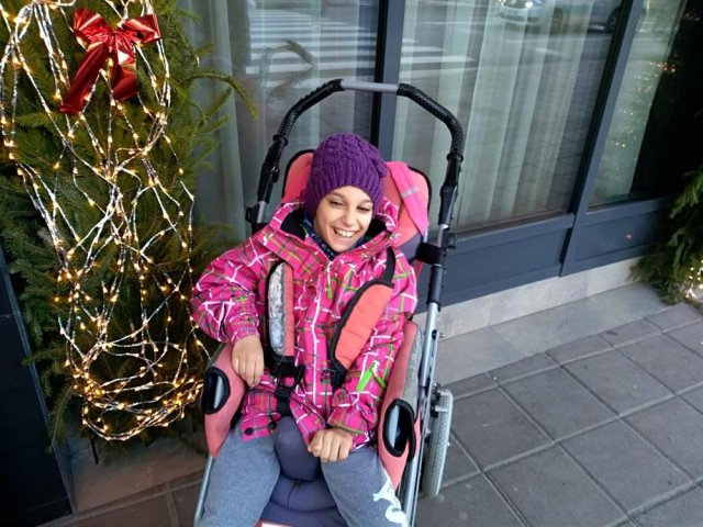 Cerebralna paraliza je prikovala za kolica, a osmehom se bori i ne odustaje