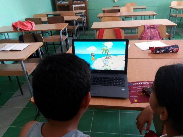 """Деца ромске националности кроз игру уче да читају и пишу; фото: Удружење Ромкиња """"Нада"""""""
