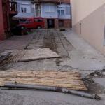 Багером улетела у двориште, прегазила капију, ископала тује па бежала улицама од полиције