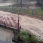 """Nevolje stanovnika neasfaltiranih ulica: Igraju """"školice"""" da bi izašli na suv put"""
