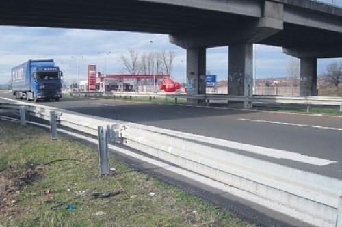Majka i dete poginuli pretrčavajući autoput