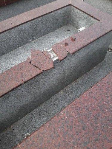 Neko je polomio deo fontane kod Platoa