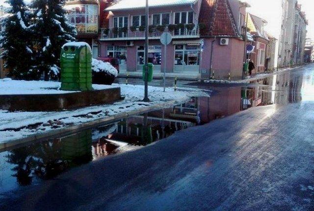 Након реновирања, а после прве кише и снега, улица поплављена; фото: К. Д.