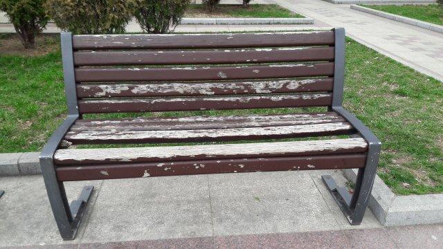 Поломљена летва на клупи код Дома Културе у Алексинцу
