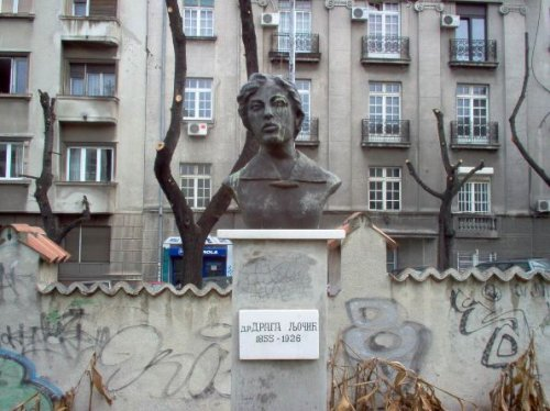 Spomenik dr Drage Ljočić u krugu bivše očne klinike u ulici Džordža Vašingtona