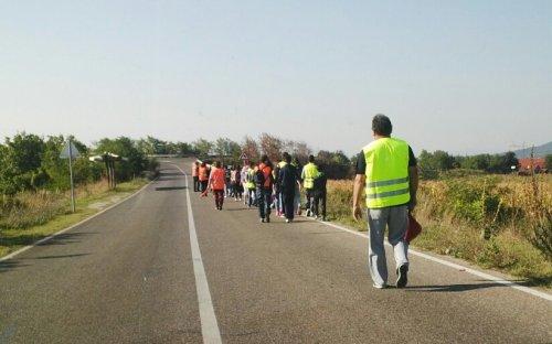 Деца из Дражевца иду пешице у школу