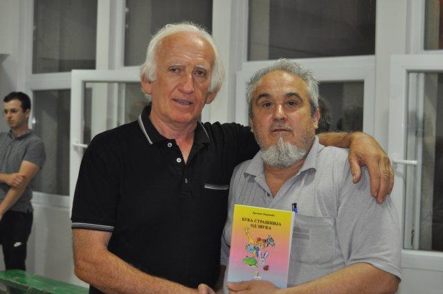 Dragiša Marković uručuje knjigu Branislavu Blagojeviću
