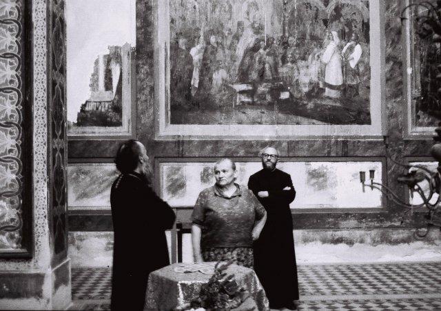 Епископ нишки Ириније у разговору са женом Десимира Јовића