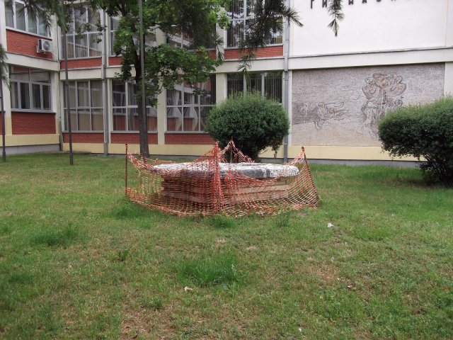 Nekadašnje obeležje grada truli u dvorištu škole