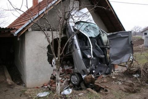 Погинуо у  аутомобилу који је слетео у кућу поред пута
