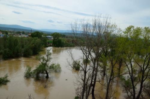Voda se povlači iz poplavljenih kuća