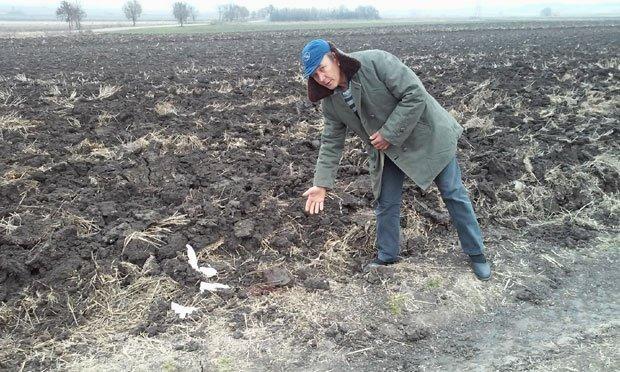 Новица Петровић показује где је лежало тело убијене Фото: М. П.