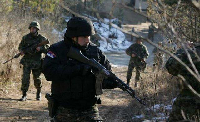 Pripadnik niškog odreda žandarmerije sa vojnicima na granici prema Bugarskoj (Foto A. Vasiljević)