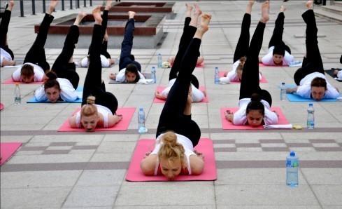 Одржан хуманитарни час јоге
