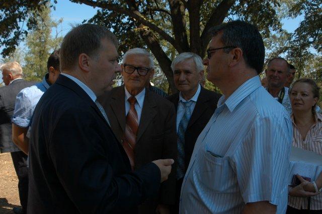 N. Konamihin sa veteranima fudbala Srbije koji su mu zahvalili na podeljenoj priči o stradanju Srba za braću Ruse