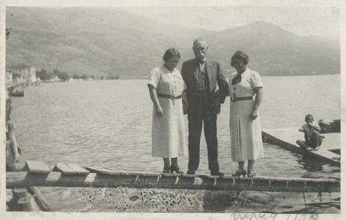 Даница и Љубица Јанковић са ујаком Тихомиром Ђорђевићем, Охрид 1936.