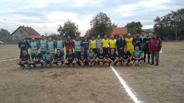Ekipe Jastrepca i OFK Sloge, sa službenim licima pre početka derbija