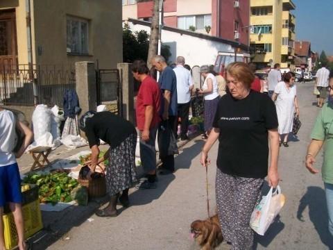 Алексиначке новости: Пијаца на тротоару, инспекција ћути