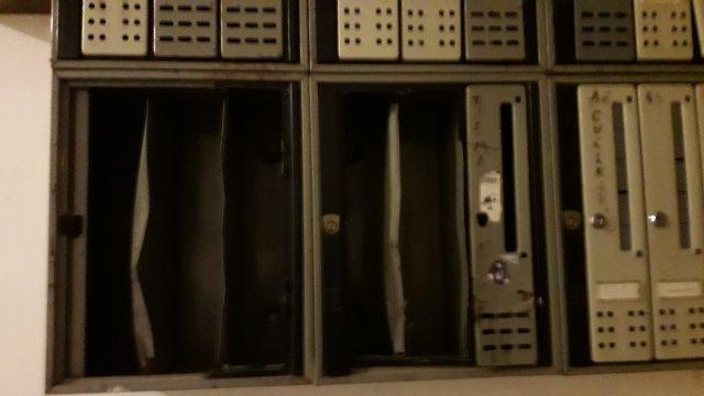 Поломљени сандучићи у алексиначким зградама