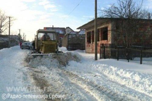 Пробијен пут до завејаних села (видео)