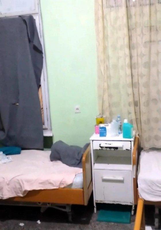 Један од прозора у соби где пацијенти примају терапију нема стакло, па је покривен ћебетом; фото: Јужне вести