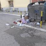 Đubre u ulici gde su dečije ustanove