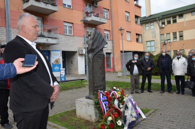Predsednik opštine Dalibor Radičević govori kraj spomenika žrtvama NATO agresije