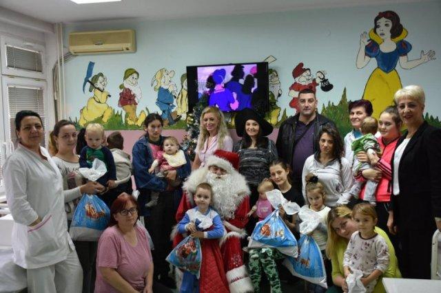 Deda Mraz obradovao pacijente Dečjeg odeljenja u Aleksincu