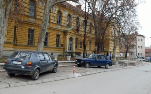 Скандалозно: Суд узурпирао и оградио тротоар