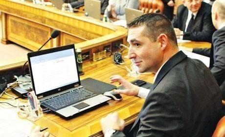 Расејани Дулић заборавио лаптоп на пумпи!
