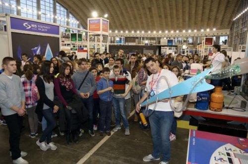 НИС угостио ученике алексиначке гимназије на Фестивалу науке