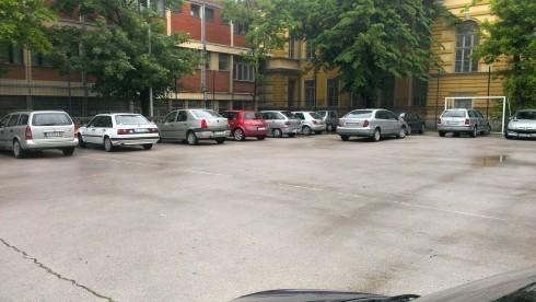 Наставак приче о паркингу у дворишту гимназије