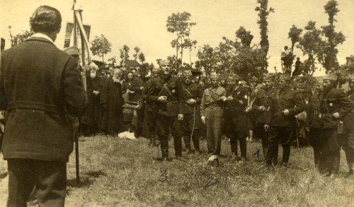 Официри Делиградског корпуса. Означени су бр. 1. мајор Брана Петровић, командант Делиградског корпуса, 2. капетан Миодраг Тасић, командант Ражањске бригаде и 3. капетан Живота Стефановић, начелник штаба Корпуса. Последњи десно (са брадом) је  капетан Јеремија Марјановић Ујка, командант Алексиначке бригаде. Снимак је највероватније начињен у селу Бовну код Алексинца приликом освећења заставе Алексиначке бригаде,  21. маја 1944. године.