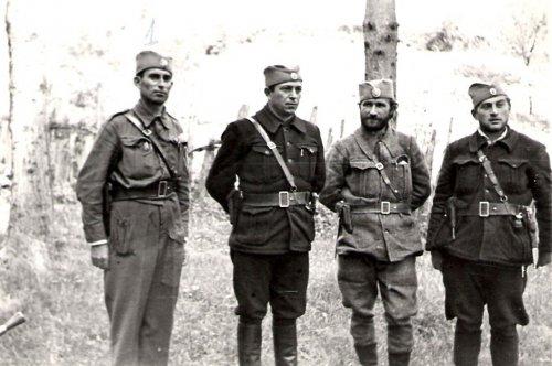 Официри Делиградског корпуса,  слева на десно стоје: капетан Миодраг Тасић, мајор Брана Петровић, капетан Јеремија Марјановић Ујка и поручник Живота Стефановић.