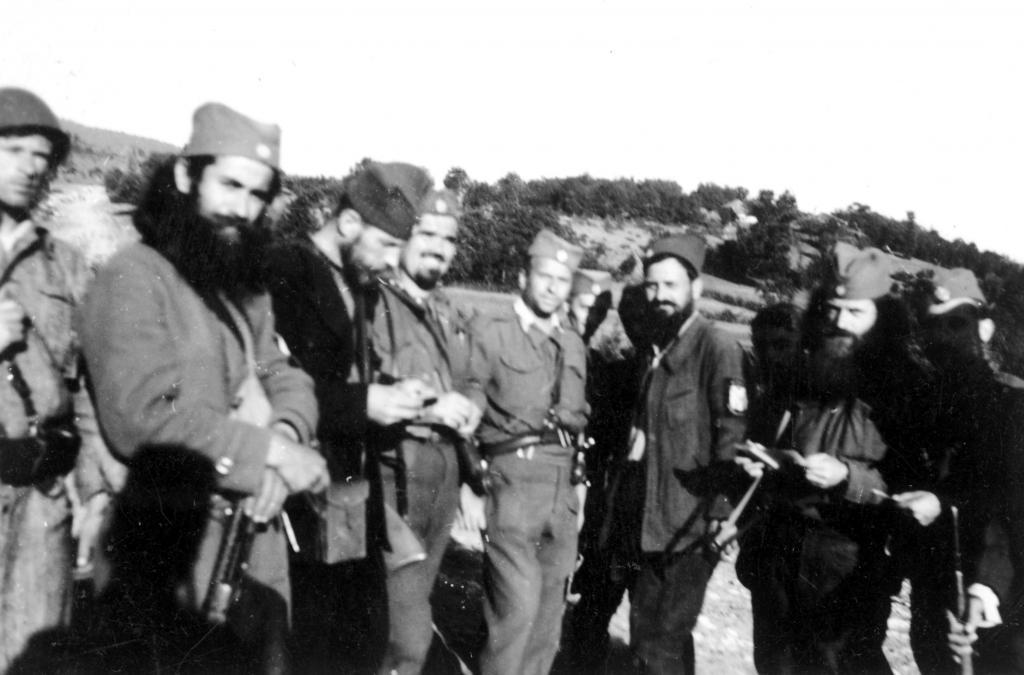 Командант Делиградског корпуса, мајор Властимир Весић (са бомбом о опасачу) и  до њега, са леве стране, командант Крајинског корпуса, мајор Велимир Пилетић. Снимак је највероватније начињен у околини Витошевца код  Ражња јуна 1944. године. Мајор Пилетић је први пут боравио у Ражњу 20. јуна 1944. Касније је долазио више пута, до Буковичке битке која се одиграла 24. јула 1944. године.