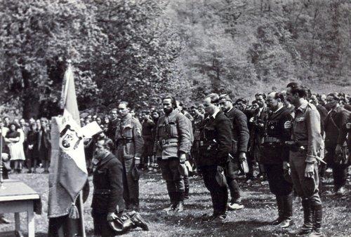 Мајор Брана Петровић, клечећи, полаже заклетву. Иза њега стоје слева на десно: капетан Миодраг М. Тасић, начелник штаба Ражањске бригаде, капетан Јеремија Марјановић  Ујка, командант Алексиначке бригаде, два непозната официра и крајњи десно је Добривоје Петковић  Бива, учитељ из Ћићевца.