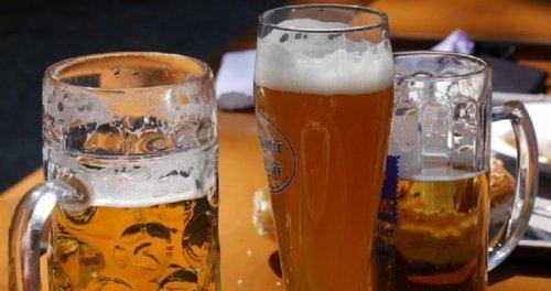 Takmičenje u ispijanju točenog piva u kafeu Presing