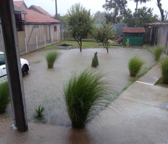После сваке кише, потоп у Првомајској улици у Житковцу