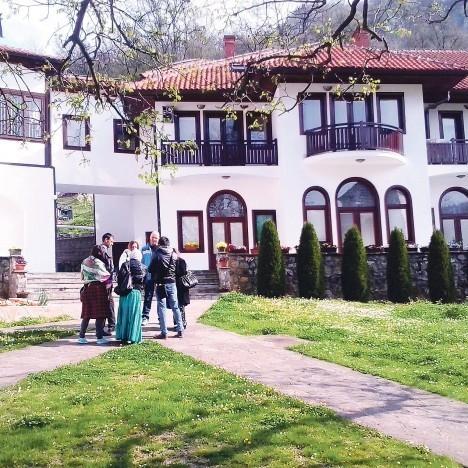 Верници испред манастирског комплекса Фото Т. Тодоровић