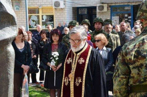 Положени венци и цвеће на спомен-обележје жртвама НАТО бомбардовања.