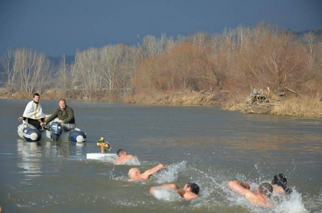 Tradicionalno plivanje za Časni krst u Katunu