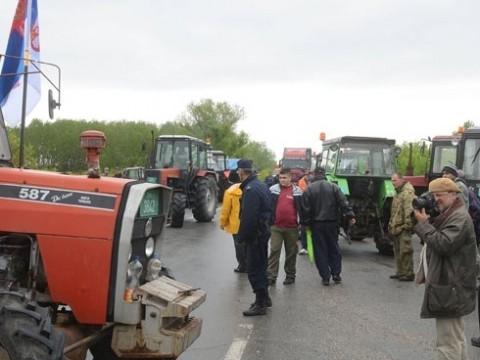 Трактористи блокирали улаз у град