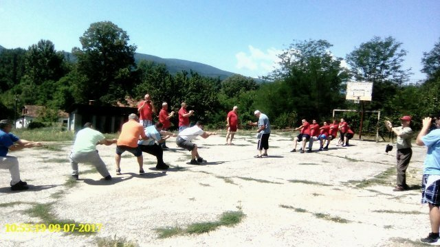 nadvlačenje konopca MZ Loćika - MZ Vakup (crvene majice desno pobednik)
