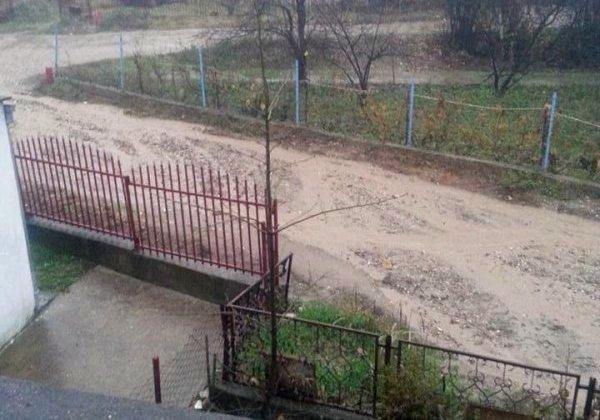 """Невоље становника неасфалтираних улица: Играју """"школице"""" да би изашли на сув пут"""