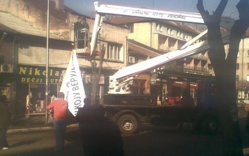 Da li je neko platio kamion za postavku Vučićevog transparenta?