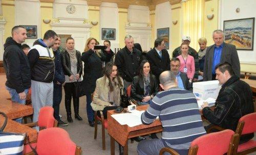 Tužba protiv opštinske izborne komisije: Kandidat SNS-a overavač potpisa