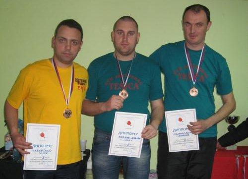 Osvajači bronzane medalje i diplome su na slici, s leva na desno: Nikola i Branislav Mladenović (braća) i Bojan Stojanović.