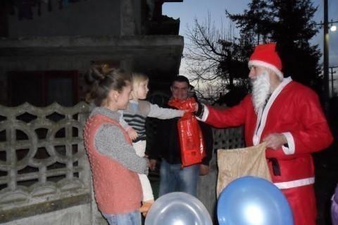 """Социјалисти Алексиначког Бујмира организовали посету """"Деда Мраза"""""""